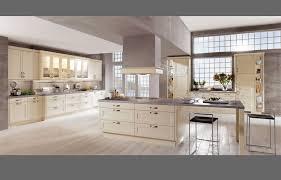 moderne küche kochinsel holz optik beige hochglanz fronten