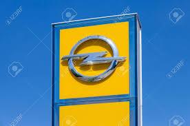 Immagini Stock - SAMARA, RUSSIA - 8 Giugno 2014: Opel Concessionaria Segno  Contro Il Cielo Blu. Opel è Una Casa Automobilistica Tedesca Con Sede In  Assia, Germania E Una Filiale Della Statunitense