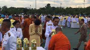 นายกฯ นำทำบุญตักบาตร เนื่องในวันเฉลิมพระชนมพรรษาพระบาทสมเด็จพระเจ้าอยู่หัว  - สำนักข่าวไทย อสมท