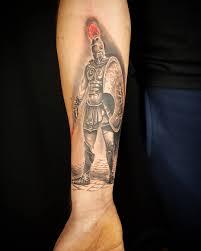 татуировка спартанца на предплечье парня фото рисунки эскизы