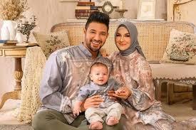 Inspirasi dan model baju muslim couple keluarga untuk lebaran 2021 yang modis, trendy dan harga terjangkau! Tren Baju Lebaran 2021 4 Rekomendasi Online Shop Yang Keluarkan Koleksi Baju Muslim 2021 Dengan Bahan Sutra Yang Lembut