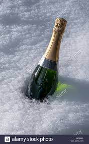 Flasche Champagner Kühlen Im Schnee Stockfoto Bild