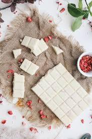 Рецепт белого <b>шоколада</b> с сушеной клубникой - Simple + <b>Beyond</b>