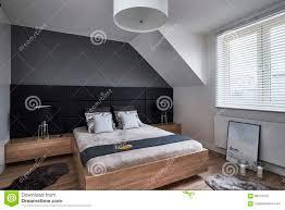 Einfarbiges Schlafzimmer Mit Grauen Wänden Und Lampen Redaktionelles