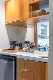 Com iluminação abundante, a arquiteta dispôs uma mesinha com duas gavetas, próprias para guardar a. Nosso Escritorio De Danyela Correa