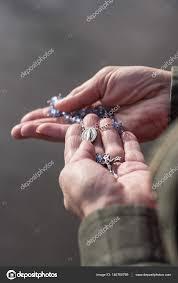 ženské Ruce Modlit Růženec Stock Fotografie Dprahl 146760769