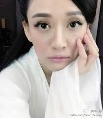 Nguyên do chính là bởi bức ảnh Trần Kiều Ân trong bộ đồ trắng được đăng tải trên Weibo. Vu Chính cũng tham gia bình luận rất vui vẻ và ẩn ý: ... - vu-chinh-dap-nghi-an-tran-kieu-an-dong-tieu-long-nu