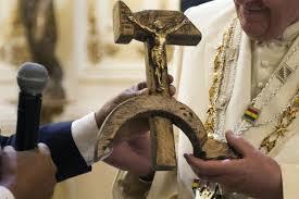 Resultado de imagen para una hoz y un martillo con un Cristo crucificado en el martillo