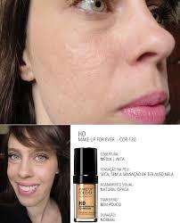 a base hd da make up for ever é bem densa e cobre bem as manchinhas o toque na pele é seco e ela não dá aquela sensação de ter alguma coisa