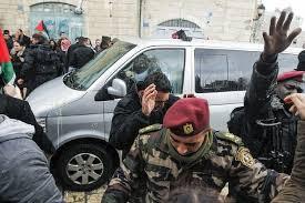 Image result for فلسطینیها در قدس با لنگه کفش و تخممرغ به جان فرستادههای ترامپ افتادند