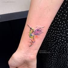 фото небольшой цветной женской татуировки на руке в стиле акварель