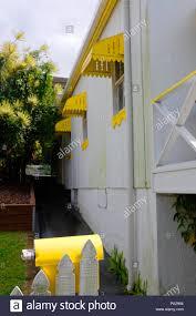 Queensland Haus In Weiß Mit Ständer Aus Gelben Komponente Markisen