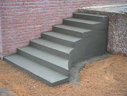 Einfache verkleidung der stufen mit echtholz. Stuwe Betontreppe Treppen Rohbau