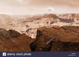 Ilustración del sistema del cañón Valles Marineris en Marte mientras el sol  se pone. El Valles