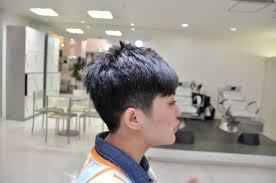 刈り上げと前髪パッツンで魅せる静と動 ショートカットとくせ毛が