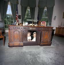 Jfk oval office Jfk Jr Kennedy Kids Desk Oval Office The Cheat Sheet Secrets Of The Oval Offices Resolute Desk Used By Every President