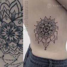 татуировка мандала с подвесками на ребрах в стиле графика мастер