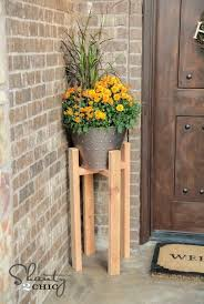 You are going to love how simple and cheap this plant stand is. This stand  can be modified so that any pot can fit in it.