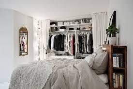 Witte Slaapkamer Met Open Kledingkast En Werkplek Inrichting Huiscom