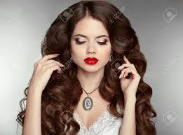 Cheveux Longs Maquillage Belle Femme Avec Coiffure Ondulée Et Maquillage De Soirée Bijoux Beauté Fashion Girl Portrait Dame élégante Avec