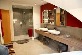 Helles Wohnliches Badezimmer Mit Hellgrauen Fliesen Auf Fußboden