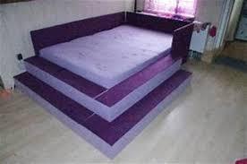 Es erfreut in geschmackvoll unifarbener gestaltung und ist mit großen knöpfen auf dem kopfteil verziert. Bett Mit Treppenstufen
