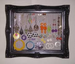 Un cuadro donde se puede pega joyas y exponerlas