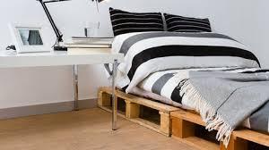 Phantasievoll gestaltete kinderbetten lassen kinderherzen höher schlagen und das abendliche zubettgehen muss keine tortur mehr sein. Mobel Aus Paletten Bett Selber Bauen Statt Betten Kaufen