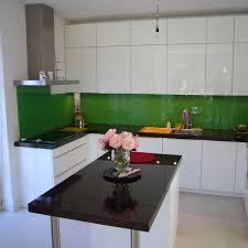 Küche weiß Hochglanz Glasrückwand und Stein Arbeitsplatte