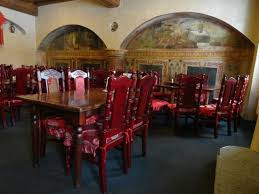 it has a capacity of 160 seats in three rooms two of which are furnished with round tables designed to group the typical way of eating chinese food