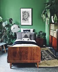 Der schlafzimmerschrank quillt über, auf den nachttischchen stapeln sich die bücher, und auf dem stuhl in der ecke knittert die wäsche vor sich hin. Doitbutdoitnow Grunes Zuhause Schlafzimmer Im Urban Jungle Look Mit Vintage Mobeln Gruner Wandfarbe Und Einer Me Ideen Furs Zimmer Wandfarbe Grun Zimmer