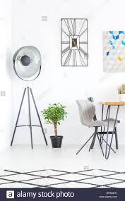 Designer Uhr Auf Der Wand über Werk Und Lampe Im Esszimmer