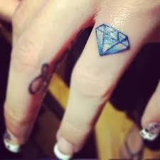 тату бриллиант на пальцах