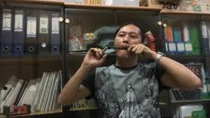 Bentuk atowo bulat panjang dengan ukuran kecil dan ringan seperti tifa. Yuk Belajar Dan Mengenal Alat Musik Tradisional Karinding Beritabaik Id