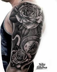 тату черно белая цветы с компасом на плече татуировка чб розы и