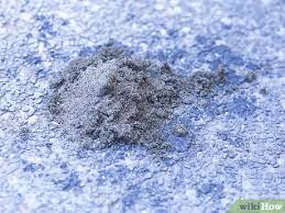 O álcool atua como um solvente para a tinta acrílica, o que significa que quebra a tinta depois de aplicada na pele. 3 Formas De Limpar Manchas De Oleo Na Garagem Wikihow