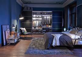 Schlafzimmer In Blau Beistelltisch Bett Teppich