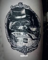 фото татуировки енот в стиле графика татуировки на бедре