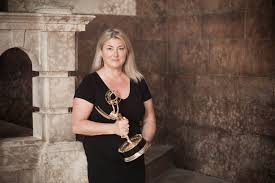 pamela smyth on the set of game of thrones with her emmy for outstanding makeup
