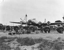 b 17 flying fortress history and specs of boeing s ww2 bomber b 17 ground crew changing engines
