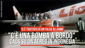 """C'è una bomba a bordo"""", panico su un aereo in Indonesia - YouTube"""