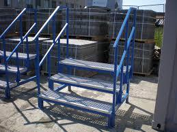 Gerade außentreppen mit podest und einseitigem geländer werden oft an der hauswand entlang geführt, wobei der austritt wahlweise nach rechts bzw. Bcs Containersysteme