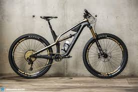 the top of the range 6 999 canyon spectral cf 9 0 ltd the flagship of the new 2018 lineup showing the optional frame case