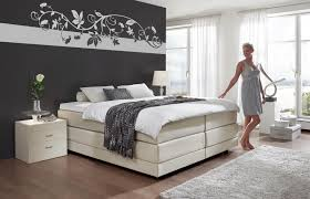 Schrage Bett Tapete Beige Modern Tapezieren Schlafzimmer Grau Lila
