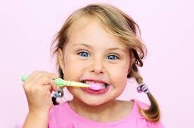 Resultado de imagen de personas cepillandose los dientes