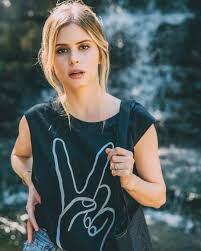 "48.6 mil curtidas, 238 comentários - Carlson Young (@carlsonyoung) no  Instagram: ""@society6 shoot by @kennyjamez interview ^ on… 