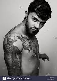 Ritratto Di Uomo Con Il Tatuaggio Sul Suo Petto E La Parte Superiore