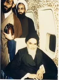 امام خمینی (س) - امام نشسته در هواپیما در فرودگاه مهرآباد