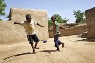 Deux enfants déplacés par les violences au Mali jouent le 30 septembre 2019 dans la cour d'un habitant de Ségou qui les accueille