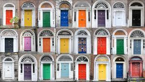 разноцветные ирландские двери